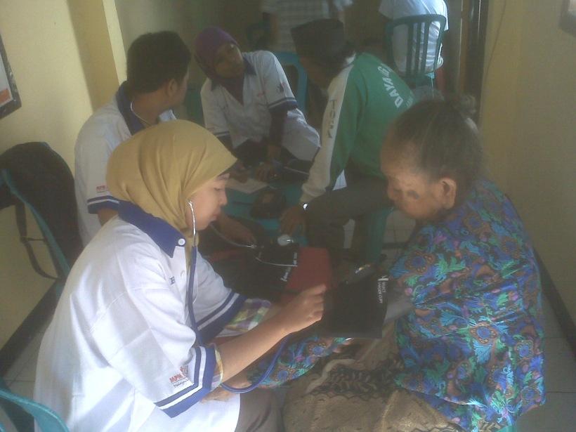 Pemeriksaan tekanan darah dari para relawan Mahasiswa Fakultas Keperawatan Universitas Airlangga Surabaya